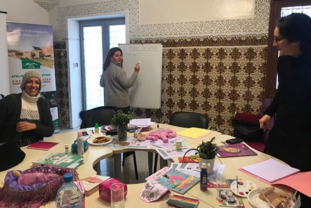 members of Collectif Assiouar creating art in an anatomy workshop